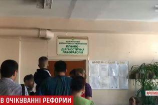 В бешеных очередях и по талончикам: в Кропивницком родители проходят круги ада вместо быстрого медосмотра детей