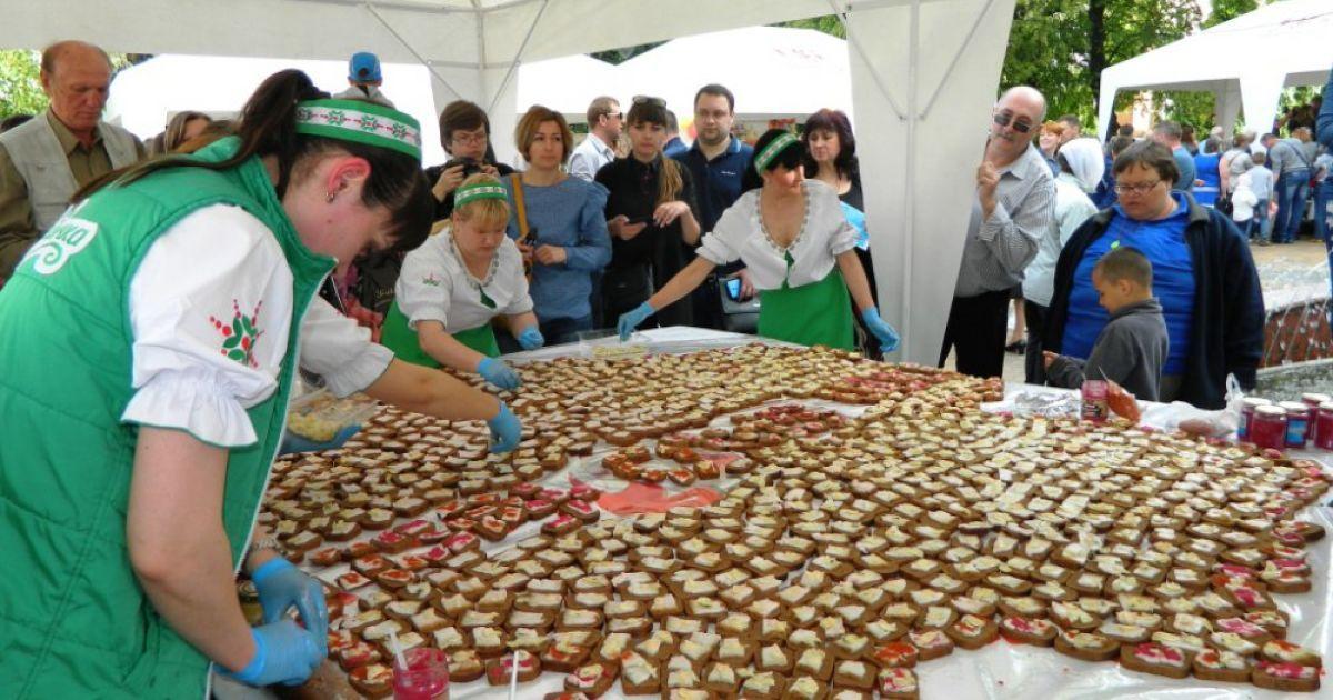 В Виннице во время фестиваля сала, хлеба и колбасы приготовили огромный бутерброд с салом в форме карты области. @ Gazeta.ua