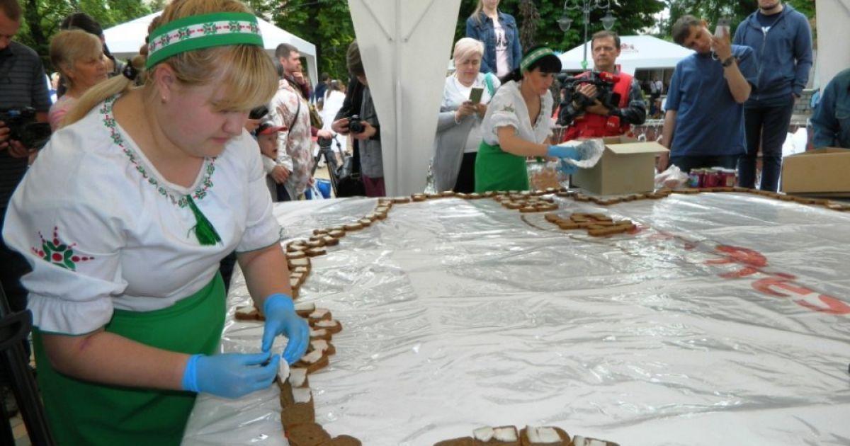 В Виннице создали огромный бутерброд с салом в форме карты @ Gazeta.ua