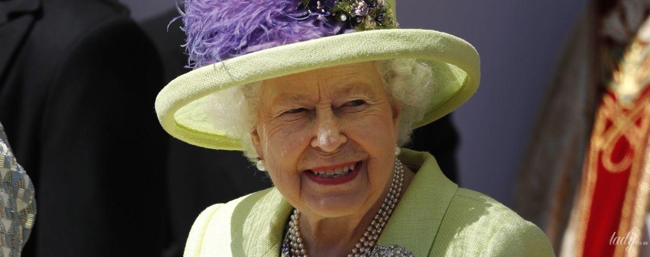 В ярком пальто и шляпе с перьями: королева Елизавета II - главная гостья королевской свадьбы