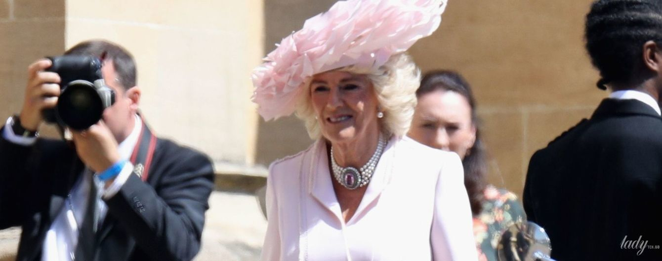 В розовом пальто и с питоновым клатчем: герцогиня Корнуольская на свадьбе Меган и Гарри