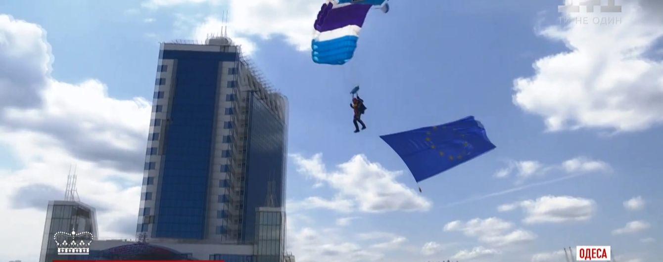 Регата, парашютисты и воздушные змеи: украинцы активно отметили день Европы