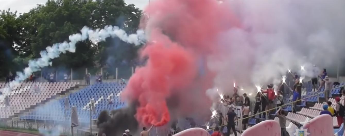 Атака файерами. В Черкассах из-за массовой драки фанатов остановили футбольный матч