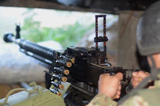 Бойовики на Донбасі посилили обстріли. Поранений один український військовий