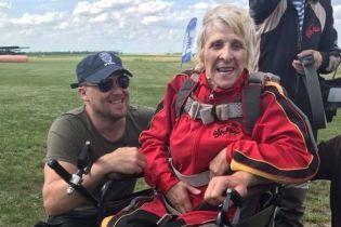 """""""Полные штаны радости"""". На Днепропетровщине 71-летняя бабушка на коляске прыгнула с парашютом"""