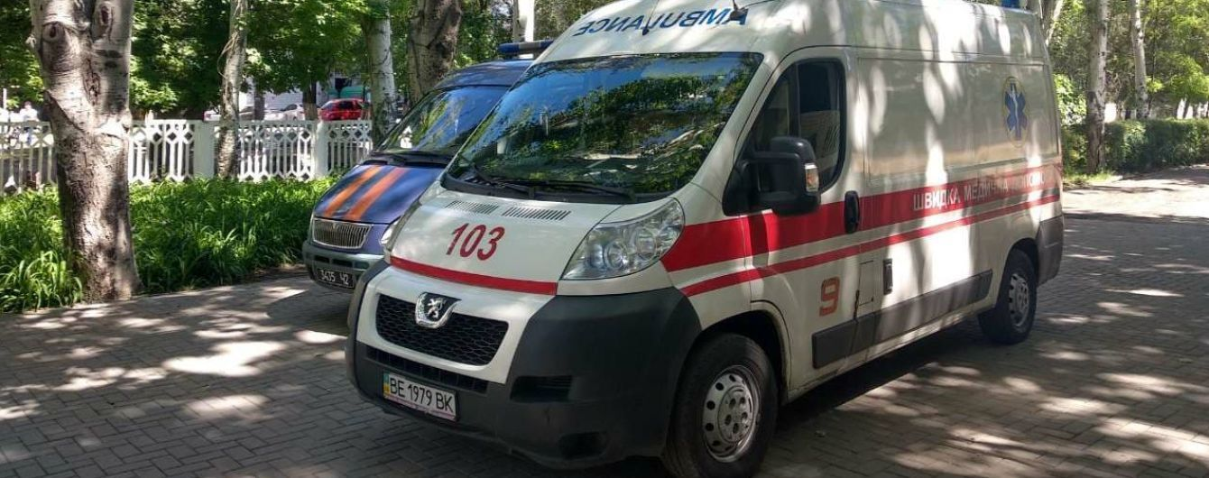 В Житомире металлический баннер упал на детей