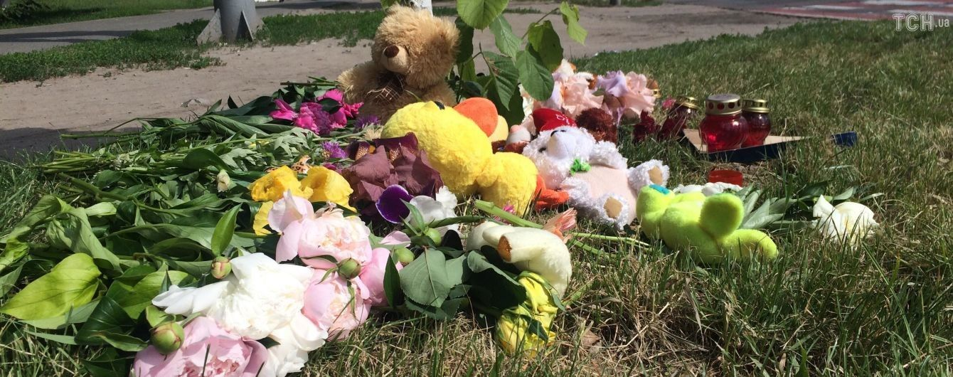 На місце ДТП у Борисполі, де загинула дівчинка, несуть квіти та іграшки