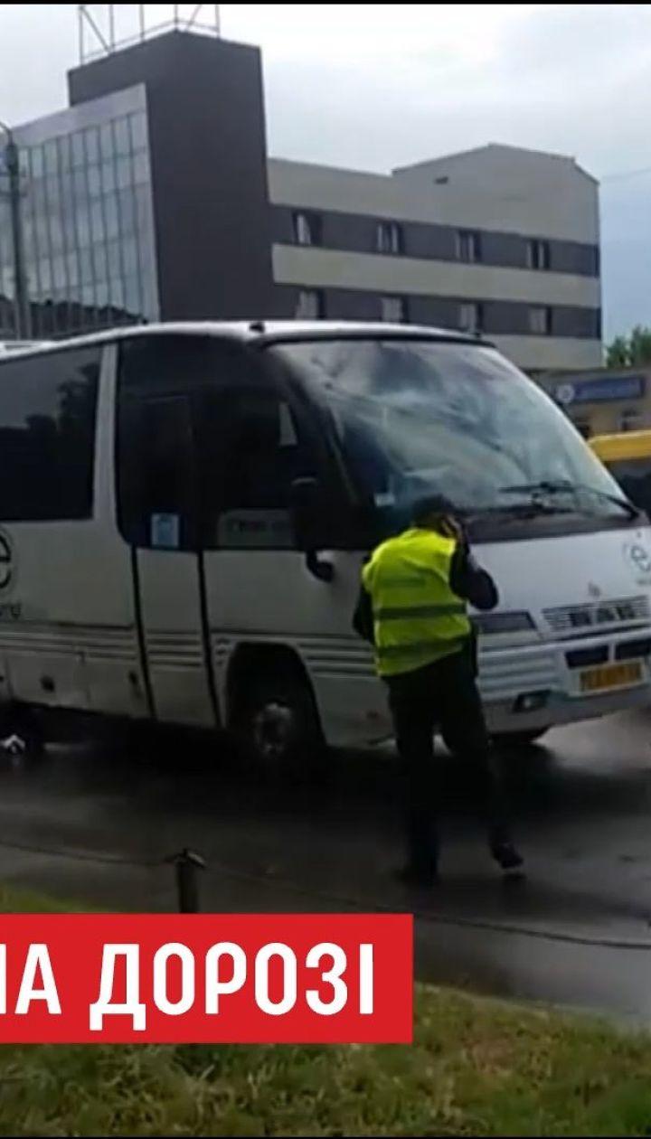 У Борисполі рейсовий автобус збив школярок, одна дитина загинула