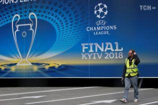 """Фанатов """"Реала"""" и """"Ливерпуля"""" встретят в Борисполе разрисованные в их цвета полицейские"""