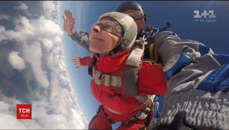 71-летняя пенсионерка из Днепропетровской области прыгнула с парашютом на свой день рождения