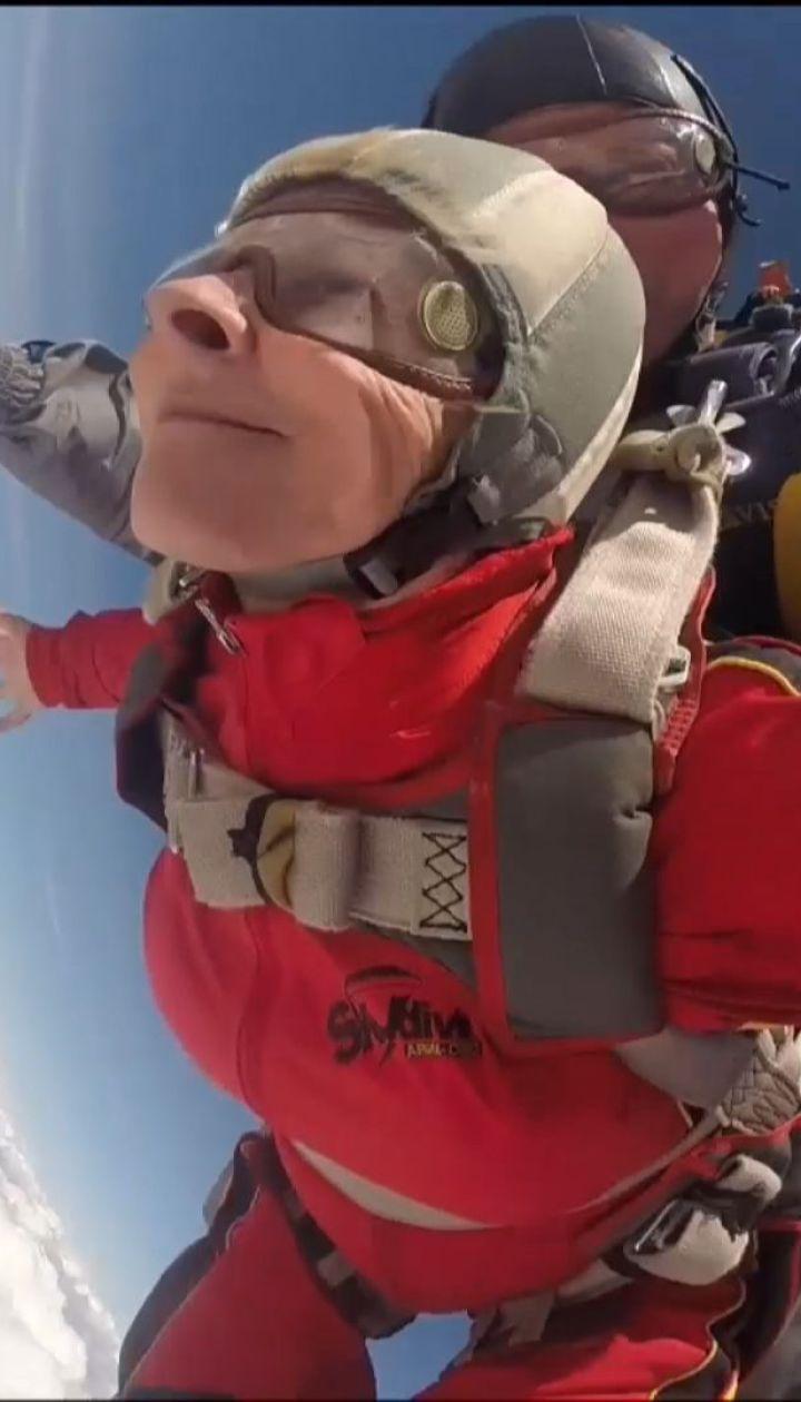 71-річна пенсіонерка з Дніпропетровщини стрибнула з парашутом на свої уродини