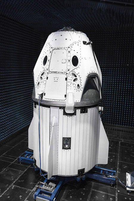 Ілон Маск показав пілотований корабель Crew Dragon
