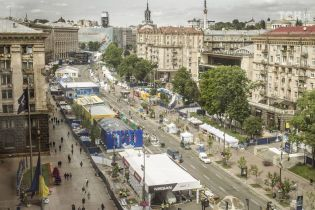 Клумбы-мячи и большая сцена в фан-зоне. Как центр Киева готовят к финалу Лиги чемпионов