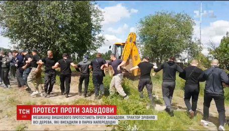 В Вишневом застройщики снесли трактором дерева, где по генеральному плану должен быть парк