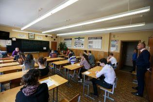 Випускники, які не склали ЗНО з англійської через відключення світла, пишуть заяви у МОН