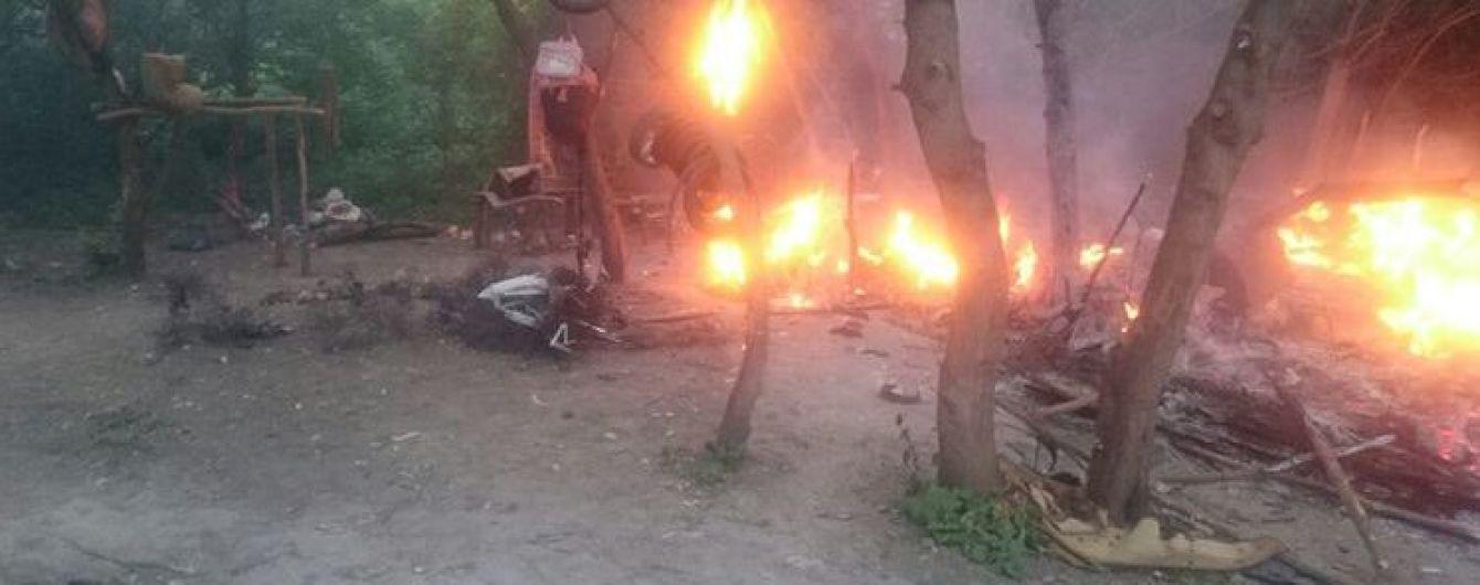 Під Тернополем невідомі зі стріляниною спалили табір ромів