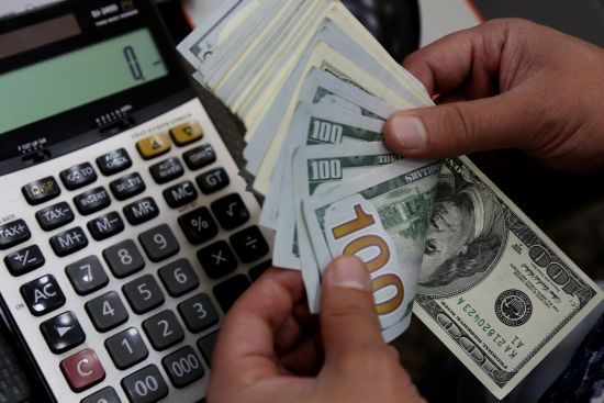 Долар в обмінниках перевалив за психологічну позначку в 28 гривень. У курсах НБУ валюта також дорожчає