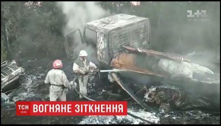 На Запорожье легковушка с грузовиком столкнулись и загорелись
