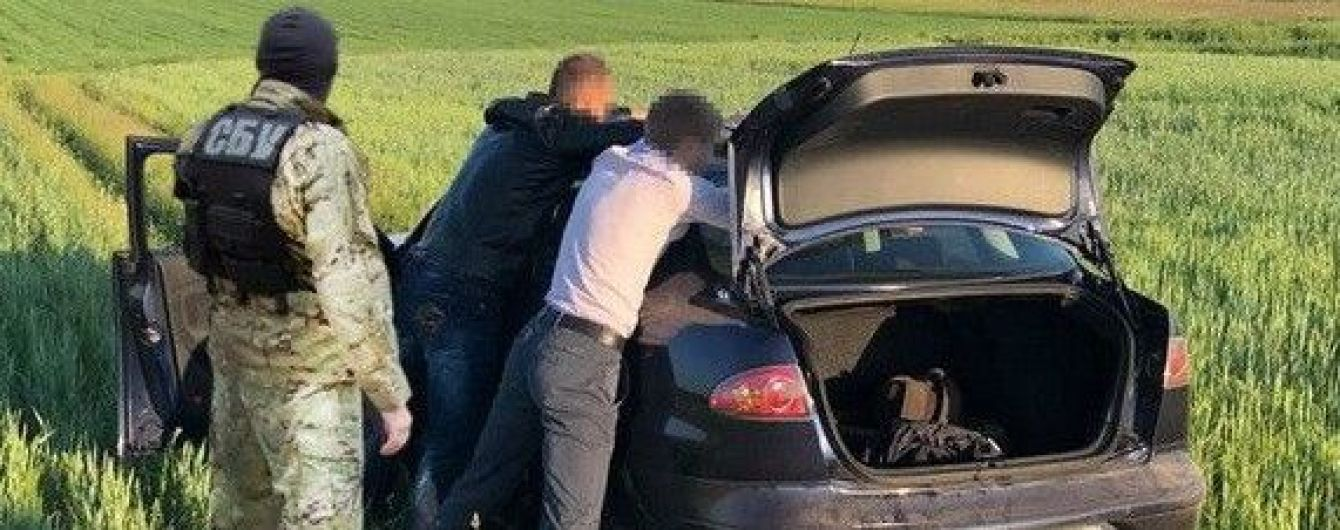 На Черниговщине трое пойманных на взятке полицейских оказывали сопротивление СБушникам во время задержания