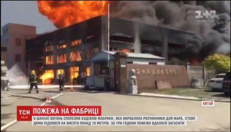 В Китае огонь уничтожил химическую фабрику