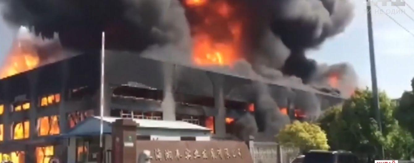В Китае сгорела трехэтажная химическая фабрика
