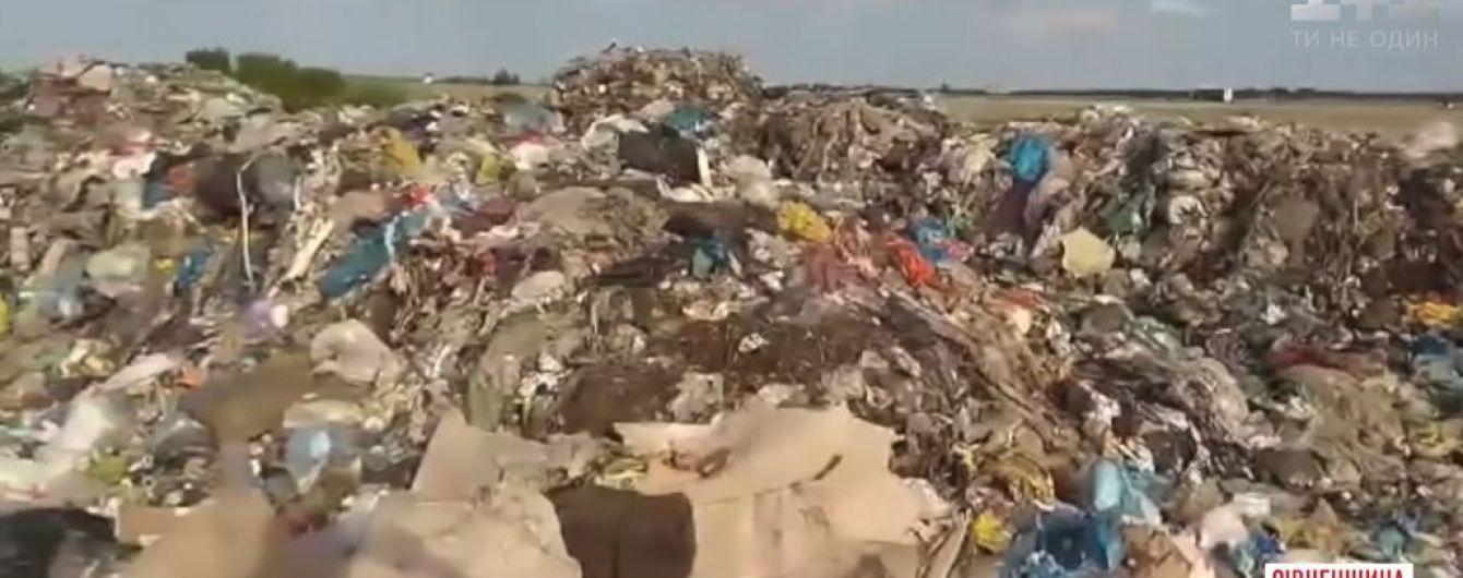 На Рівненщині невідомі вивантажили сім фур львівського сміття