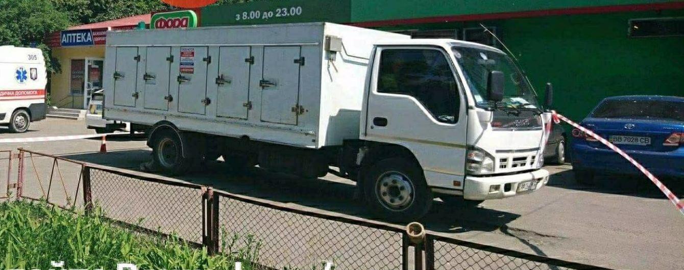 В Киеве грузовик раздавил бабушку, которая выходила из магазина