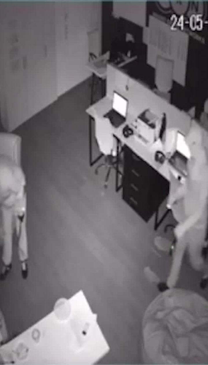 У Києві зловмисники у масках пограбували 15 офісів у бізнес-центрі