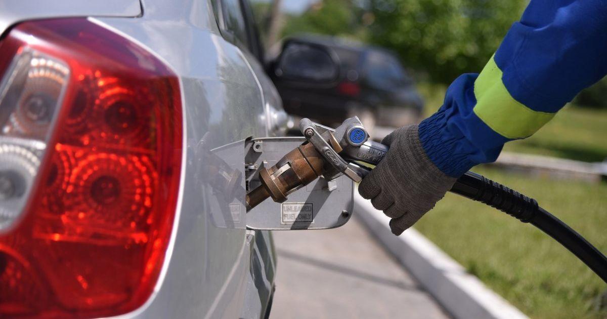 Владельцы АЗС объяснили, почему бензин стремительно не дешевеет, несмотря на падение цены на нефть
