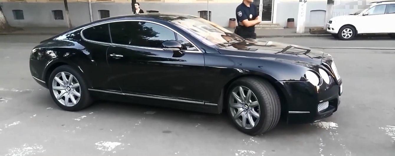 Грубияном на Bentley по документам оказался известный киевский адвокат