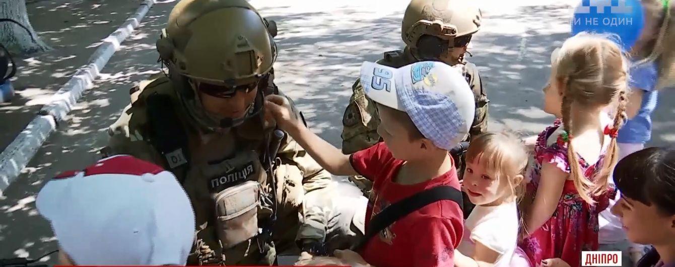 У Дніпрі спецпризначенці прийшли втішити малят, дитсадок яких опинився в епіцентрі навчань поліції