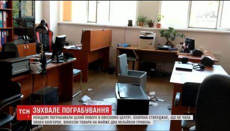"""У середмісті столиці невідомі вдерлися до бізнес-центру і """"обчистили"""" півтора десятка офісів"""