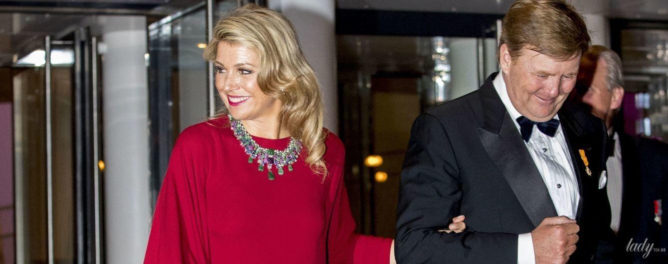 В ярком платье и с массивным украшением: королева Максима с мужем сходили на концерт