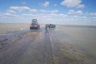 """У Казахстані """"УАЗ"""" потонув на дорозі обласного значення"""