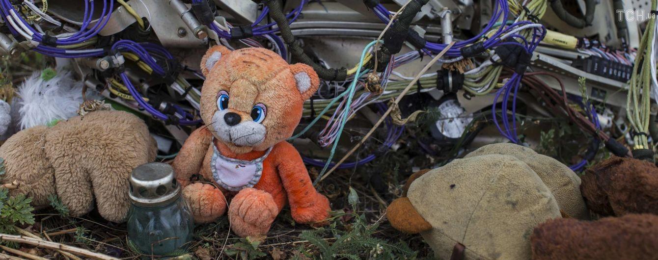 298 мест. Родственники погибших в авиакатастрофе MH17 устроили акцию под посольством России в Гааге
