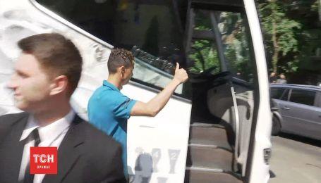 В Киеве Роналду поприветствовал фанов дружественным жестом по дороге на тренировку