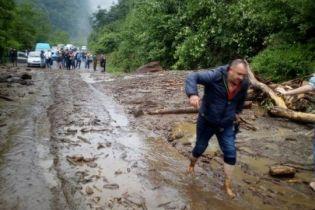 Зсув ґрунту перекрив трасу в Карпатах