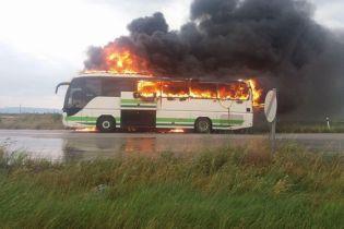 В Греции удар молнии уничтожил туристический автобус