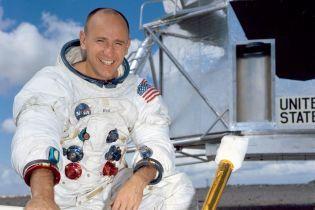 Помер астронавт, який двічі гуляв Місяцем