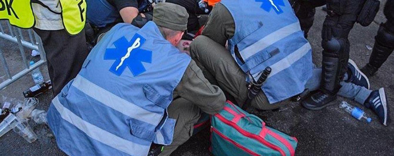 """Військові медики врятували фаната, який знепритомнів біля турнікету """"Олімпійського"""""""