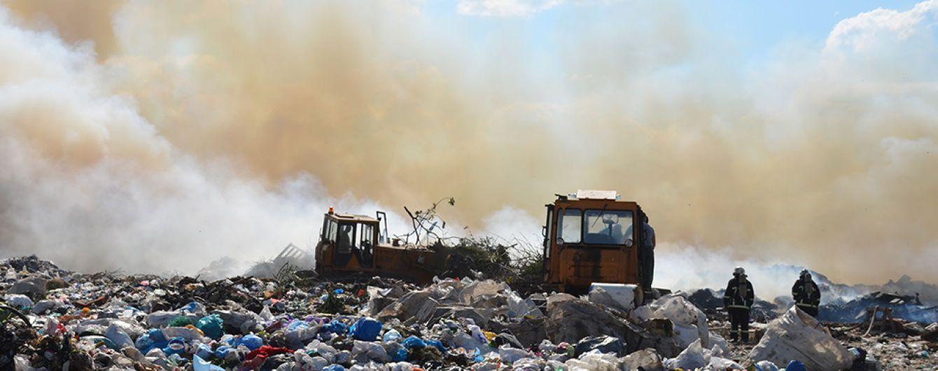 У Полтаві вже майже добу не можуть загасити сміттєзвалище