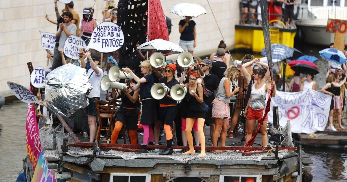 Акції противників правих. @ Reuters