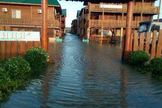 Половина баз відпочинку на популярному курорті Азовського моря підтоплені через шторм