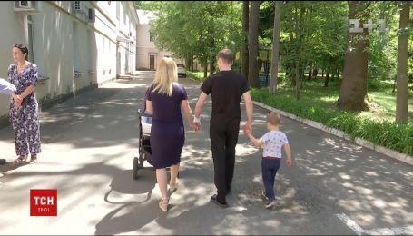 Раненому украинскому бойцу впервые показали сына