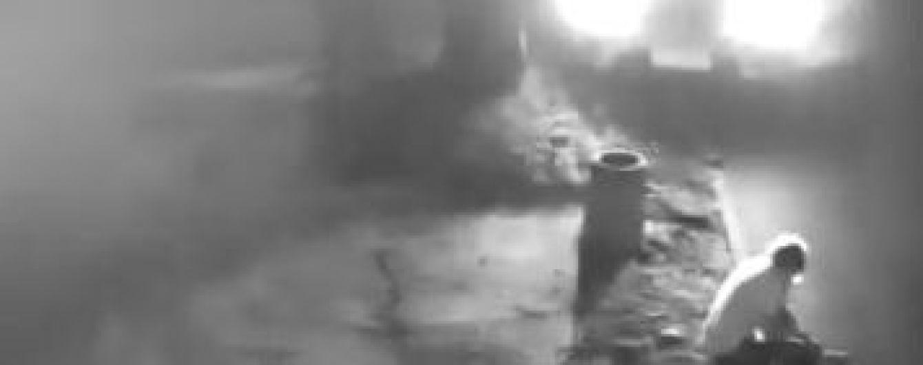 У Тернополі авто переїхало чоловіка, який сидів на тротуарі. Момент наїзду зафіксувала камера спостереження