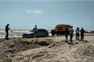 Води до колін та евакуація тракторами. Бази відпочинку на Азовському морі залило під час шторму
