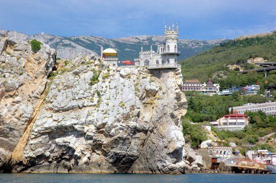 У британській газеті рекламують подорожі до Криму через Росію незаконним мостом