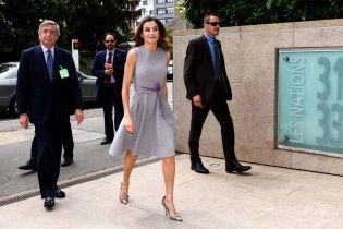 В красивом платье и любимых питоновых лодочках: королева Летиция на деловом мероприятии в Женеве