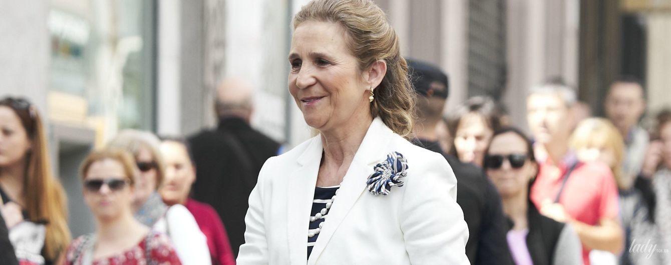 В белом костюме и с сумкой Chanel: испанская принцесса Елена в объективах папарацци