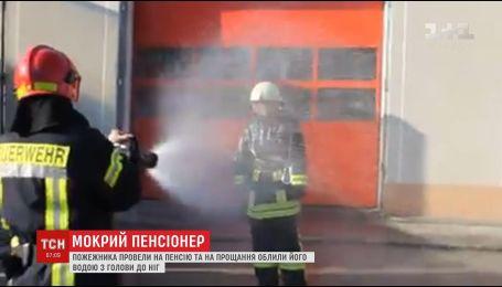 На Тернопільщині пожежника провели на пенсію в незвичний спосіб